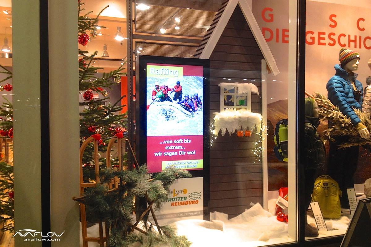 digitale Produkt-Präsentation im Schaufenster über e-Plakat bei Globetrotter-Store